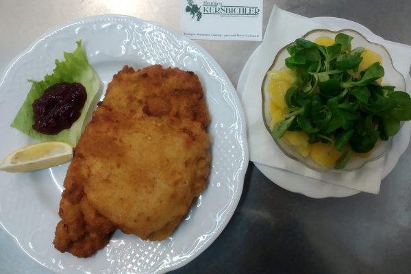Cordon Bleu vom Schwein mit Erdäpfel-Vogerl Salat