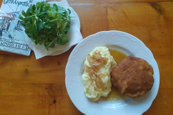 Faschiertes Laibchen mit Erdäpfelpüree, Bratensaft und Salat