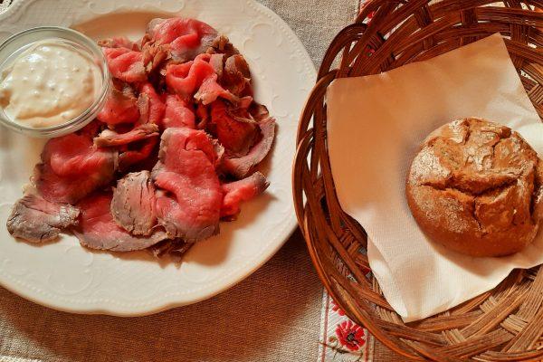 Roastbeef mit Sauce Tartare und Gebäck